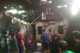 Pabrik roti milik Aseng terbakar saat karyawan sedang libur kerja