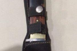 Polisi amankan pisau sangkur dari  pengemudi mobil di Labuhan Batu