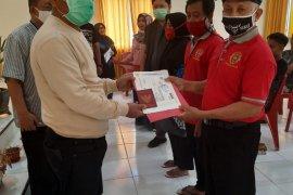 Nelayan Gorontalo Utara menerima Buku Pelaut Merah dan SKK gratis