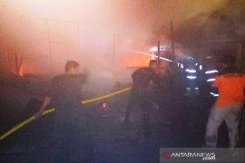 Tiga unit mobil damkar padamkan kebakaran di Jakarta Utara
