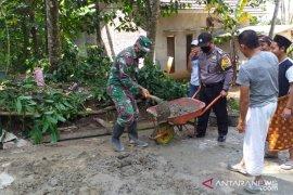 TNI-Polri perbaiki jalan di Kampung Jarokasang Pandeglang