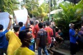 Demo memanas, Lurah dan staf diusir warga
