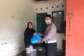 Bantu masyarakat terdampak COVID-19. Ini dilakukan Ditlantas Polda Aceh