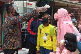 Petugas mengukur suhu tubuh pengunjung obyek wisata Candi Muara Jambi