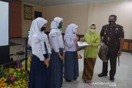 IAD Kejaksaan Negeri Garut berikan bantuan untuk siswa berprestasi