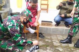 Kodim Bangli bagikan 100 sepatu sambut Hari Anak 2020