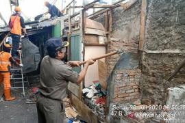 Tempat tinggal keluarga positif COVID-19 dibongkar petugas