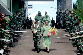 Pedang Pora warnai pelepasan Brigjen TNI Alfret Denny D. Tuejeh