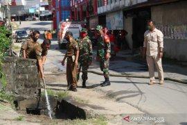 Kabupaten Landak bersihkan drainase cegah banjir