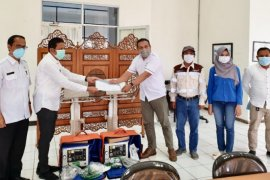 Tanah Bumbu Hospital receives two ventilators from Adaro Group