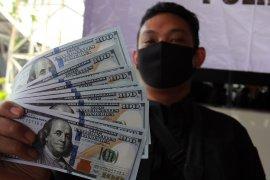 Nekat edarkan dolar palsu, dua pemuda ini ditangkap