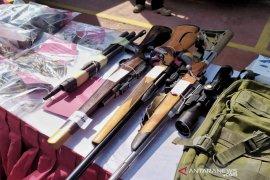 Pembuat senapan diringkus karena bikin senjata api, ratusan peluru disita