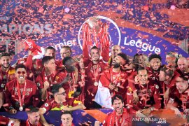 Liverpool menandai penyerahan trofi Liga Inggris dengan menundukkan Chelsea 5-3