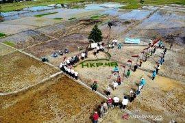 Upacara Hari Krida Pertanian ke-48 dilaksanakan di tengah sawah