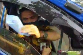 Polisi sita SIM oknum ASN buang kertas tilang di jalur busway