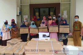 Disnaker Banda Aceh serahkan 25 mesin jahit bagi kelompok konveksi