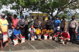 Puluhan anggota TKBM Pelabuhan Tulehu terima bantuan beras dari Polda Maluku