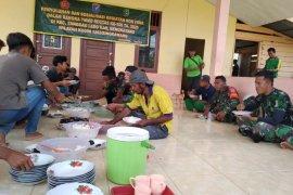 Anggota Satgas TMMD 108 makan bersama masyarakat
