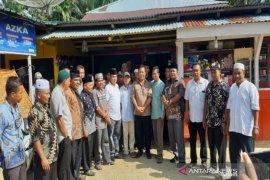 Warga Tapus stop Bupati Madina di Desa Tapus