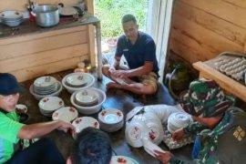 Anggota Satgas ikut siapkan acara makan bersama