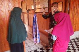 Kegiatan Posyandu, anggota TMMD 108 bantu Timbang Balita dan Imunisasi