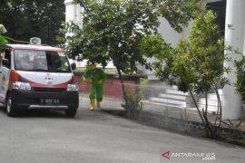 Dikes Kabupaten Gorontalo dan PMI semprotkan disinfektan di perkantoran