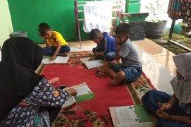 Siswa SD di  Kabupaten Lebak belajar di rumah guru