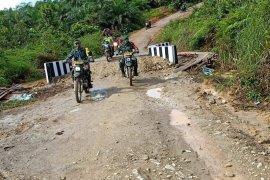 Mengendarai Trail, tim Pengawas dan Evaluasi TNI puas cek pengerjaan TMMD di Sanggau Ledo