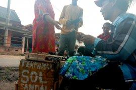 Penghasilan tukang sol keliling di perdesaan Lampung Timur stabil Page 2 Small
