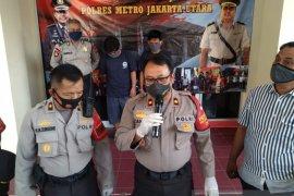 Edarkan narkotika, dua orang petugas prasarana dan sarana umum Cilincing ditangkap polisi