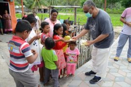 Gubernur Gorontalo bagikan masker kepada warga Bolihutuo-Boalemo