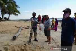 PT Timah salurkan bantuan sembako kepada nelayan di Tanjungular