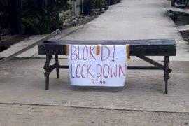 Sejumlah warga Samarinda tutup jalan cegah wabah COVID-19 meluas