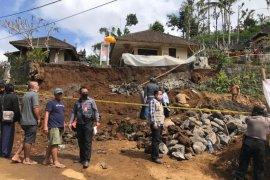 Seorang buruh bangunan tewas tertimpa tanah longsor di Tabanan-Bali