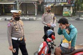 Polisi Indramayu bagikan masker pada Operasi Patuh Lodaya
