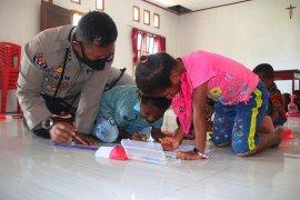 """""""Polisi Mengajar"""" hadir di dua kampung Maybrat"""