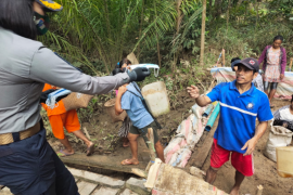 Kapendam XII/Tpr bagikan masker di lokasi TMMD di Desa Beringin Rayo