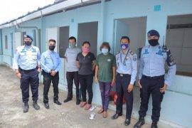 Tiga WNA China dijemput petugas untuk diproses deportasi