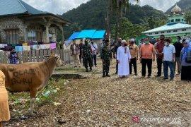 Kapolda Maluku serahkan bantuan hewan kurban di Buru Selatan