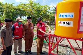 PMI bagi tangki air dan alat PHBS ke masjid