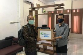 BPJamsostek Madina donasikan masker dan vitamin