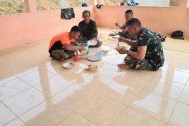 Anggota Satgas TMMD makan bersama dengan penuh kebersamaan