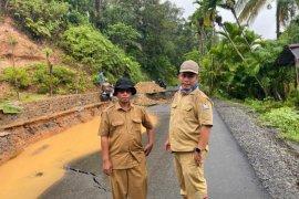Tim URC PUPR Aceh Barat mulai tangani longsor jalan di Sungai Mas
