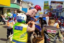 Puluhan pengendara di pusat perbelanjaan ditilang Polres Sukabumi