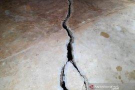 Rumah Abubakar  terbelah akibat longsor, begini kondisinya