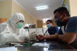 Ratusan petugas penyembelih kurban di Sibolga jalani tes cepat COVID-19