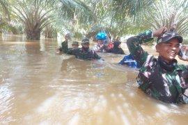 TNI bersama Tim SAR selamatkan warga terjebak banjir di Aceh Jaya