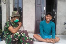 Anggota TMMD Kodim 1203/ Ktp laksanakan Komsos ke rumah warga