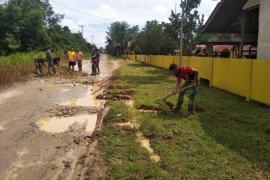 Anggota TMMD timbun jalan sekolah SMPN 2 Sanggau Ledo