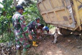 Anggota bersemangat bantu dorong kendaraan muatan Sirtu yang amblas